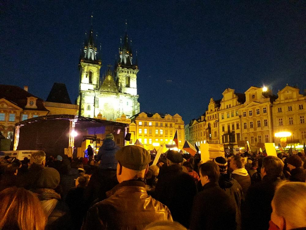 Mehr als 10.000 Menschen aus der Mitte der Gesellschaft demonstrierten gegen Andrej Babiš.