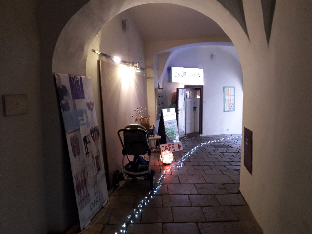 Durch eine schmale Passage muss der Besucher seinen Weg finden.
