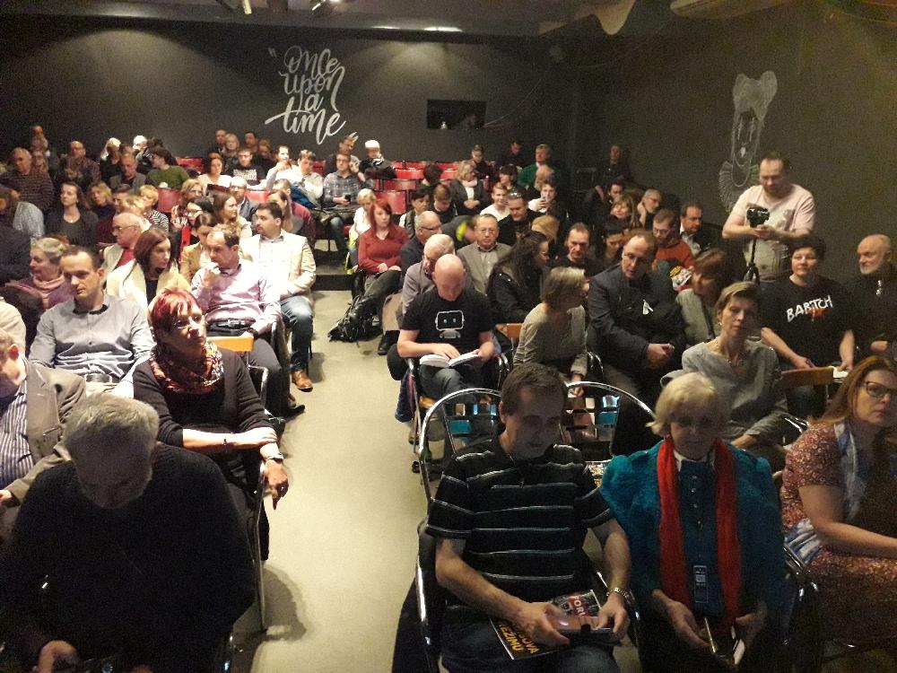 Der Saal war für ca. 170 Leute bestuhlt. Viele Besucher mussten an der Tür stehen.