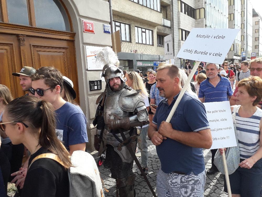 Tausende Demonstranten strömten zu Fuß von der Haltestelle Hradcanska. Einige in sehr fantasievollen Kostümen.