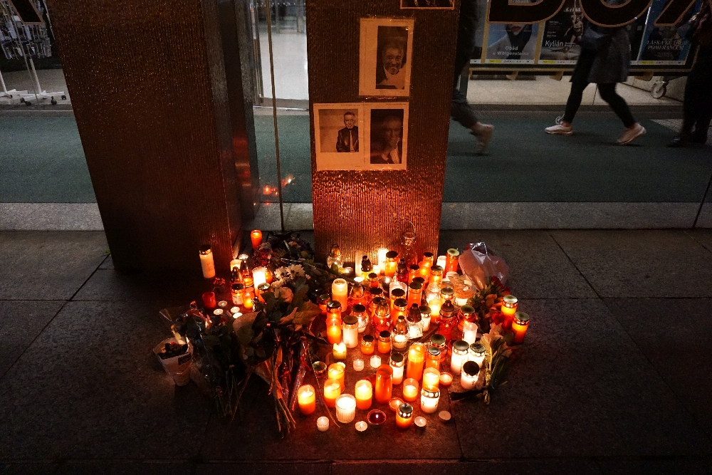 Auch vor dem Kasseneingang am Nationaltheater zünden Menschen spontan Kerzen für Gott an. Foto: Kountouroyanis