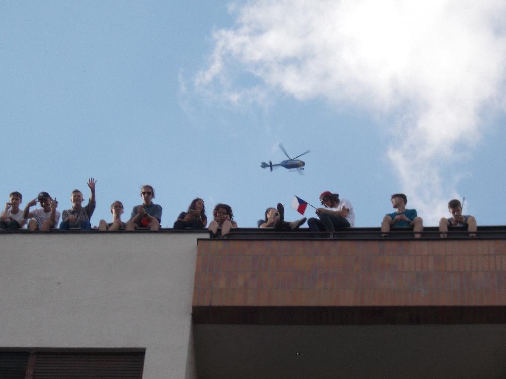 Ein Polizeihubschrauber tauchte plötzlich über den Demonstranten auf. Pro Babis-Demonstranten versuchten mit Unterstützung der Polizei die Störenfriede aus dem Haus zu jagen.