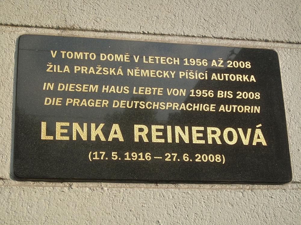 An dem Haus befindet sich neben dem Eingang eine Gedenktafel.