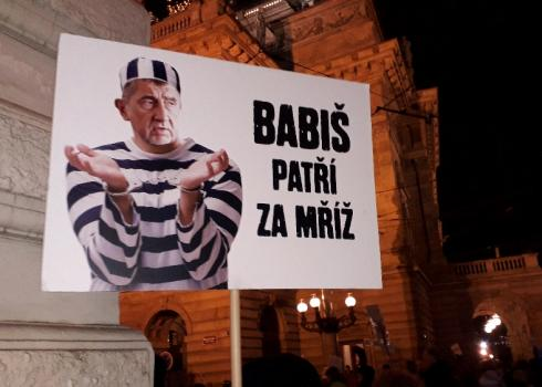 Dieser Demonstrant will den Premier hinter Gitter sehen.
