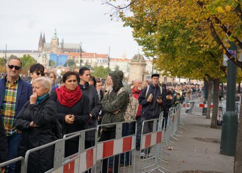 Geduldig warten Karel Gott Fans in der Schlange, um zum Palais zu gelangen.