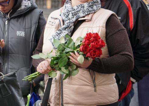 Viele bringen Blumen mit, um sie für Karel Gott im Palais niederzulegen.