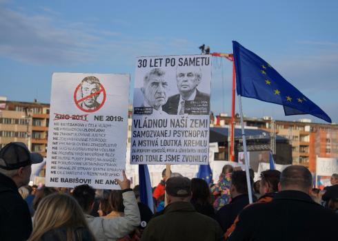 30 Jahre nach der Sanften Revolution. Diese Plakatträger werfen dem Ministerpräsidenten Zeman und Premierminister Babiš Mitgliedschaften im Geheimdienst der alten ČSSR vor. Foto: K. Kountouroyanis