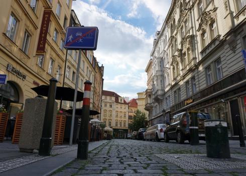 Durch diese Durchgangsstraße zwischen dem Wenzelsplatz und dem Altstädter Ring zogen jährlich vermutlich Millionen Touristen. Prag hatte insgesamt ca. 10 Millionen Touristen pro Jahr. Foto: K. Kountouroyanis