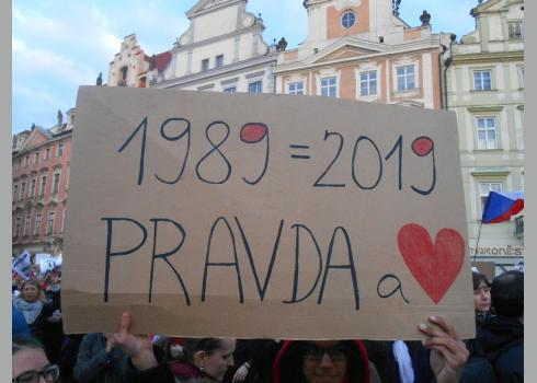 """Vor 30 Jahren war die """"Sanfte Revolution"""". """"Wahrheit und Liebe"""" steht unter den Jahreszahlen."""
