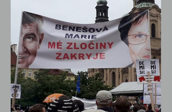 """""""Sie verdeckt meine Verbrechen"""" steht auf dem Plakat."""