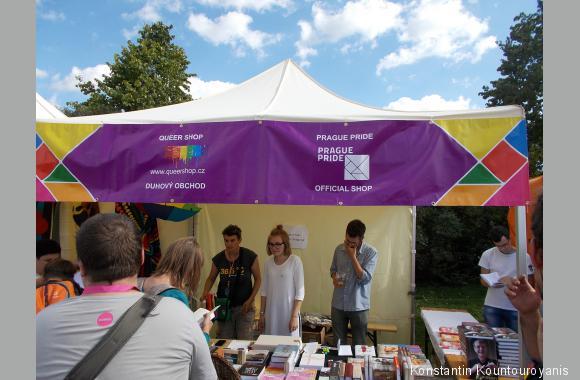 Am Bücherstand konnte man Literatur zu LGBT-Themen erwerben.