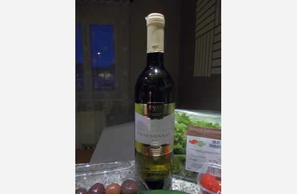 Faustregel: Zu Fisch Weißwein, zu Wild Rotwein. Weißwein wird gekühlt, Rotwein wird bei Zimmertemperatur serviert.
