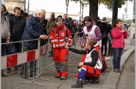 Das Tschechische Rote Kreuz schenkt an die Wartenden heißen Kaffee aus.