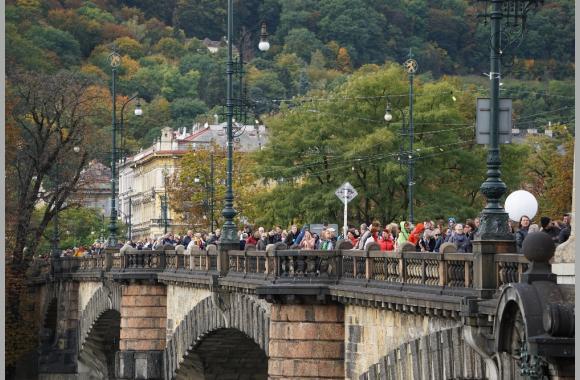 Stundenlang laufen die Fans im Schritttempo zum Sophienpalais.