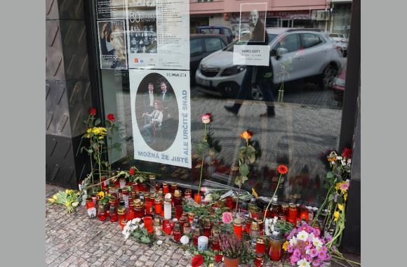 An vielen Orten in Prag, wie hier im Stadtteil Dejvice, legen die Prager Blumen nieder und zünden Kerzen für Karel Gott an.