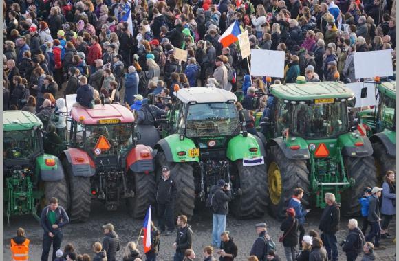 Ebenfalls reisten Bauern mit ihren Traktoren zur Demonstration an. Foto: K. Kountouroyanis