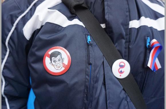 Regierungskritiker zeigen offen ihre Erkennungssymbole. K. Kountouroyanis