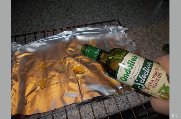 Egal ob Alufolie oder Schale, streichen Sie den Untergrund mit Olivenöl aus. Das verhindert ein Anbacken des Fisches.