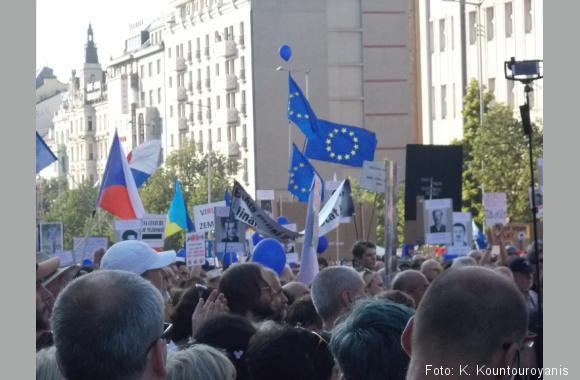 Tschechen demonstrieren gegen den Premierminister. Das Foto wurde auf einer Demonstration am 05.06.2018 auf dem Wenzelsplatz aufgenommen.