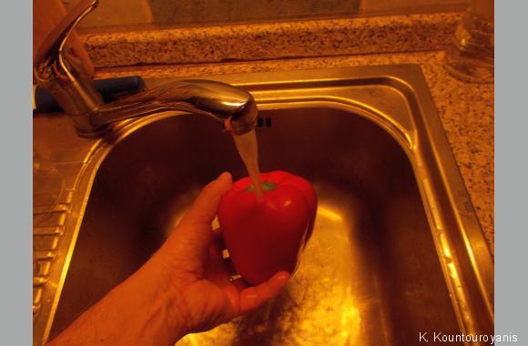 Spülen Sie die Paprika mit kaltem Wasser ab.