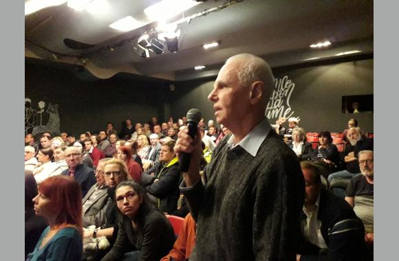 Besucher konnten am Ende der Podiumsdebatte Fragen stellen.