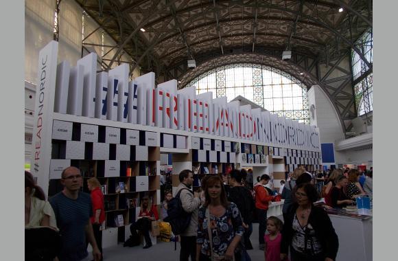 Eingangsbereich mit großer Bücherwand