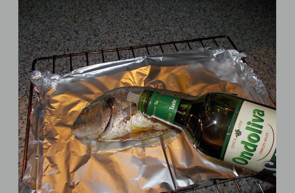 Für den Geschmack gieße ich immer Olivenöl über den Fisch.