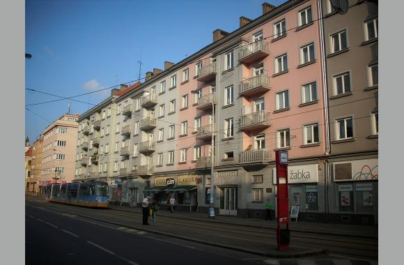 In diesem schlichten Haus (orange) an der Tram-Haltestelle Klamovka lebte Lenka Reinerová bis zu ihrem Tode.