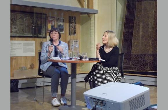 Lenka Kusáková (links) im Gespräch mit Viera Glosíková