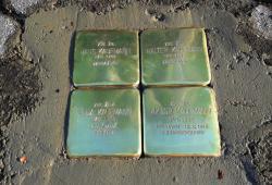 Vier Stolpersteine vor dem Haus Nr. 381 in Haindorf